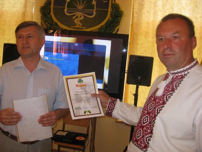 Урочиста мить: Ворзельський селищний голова вручає подяку Мельничуку Ю. Л.