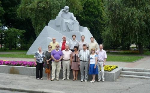 Краєзнавці біля пам'ятника Т.Г. Шевченку в Полтаві